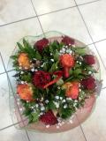 Μπουκέτο με τριαντάφυλλα σε τόνους πορτοκαλί και κόκκινο