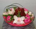 Συμπίτιουμ ορχιδέα με ανθούρια και τριαντάφυλλα
