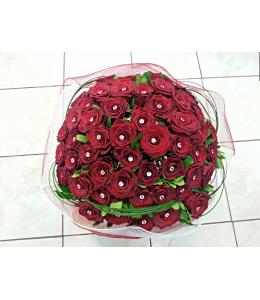 Μπουκέτο λουλούδια με κόκκινα τριαντάφυλλα