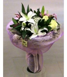 Τριαντάφυλλα σαμπανί και οριεντάλ λευκό σε μπουκέτο