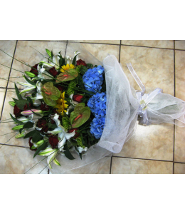 Ανθοδέσμη με ορτανσία και τριαντάφυλλα