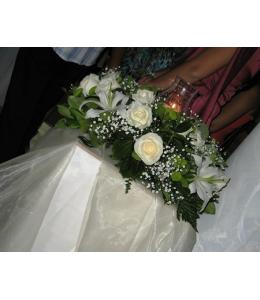 Στολισμός Γάμου Εξωτερικού Διαδρόμου Εκκλησίας με Λευκά Τριαντάφυλλα και Οριεντάλ