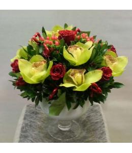 Σύνθεση με ορχιδέες συμπίτιουμ και τριαντάφυλλα
