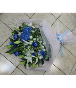 Λευκά και μπλέ τριαντάφυλλα και οριεντάλ σε ανθοδέσμη