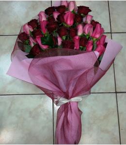Ανθοδέσμη με 7 φούξια και κόκκινα τριαντάφυλλα