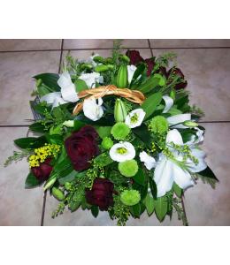 Σύνθεση σε καλάθι με λευκά οριεντάλ και κόκκινα τριαντάφυλλα