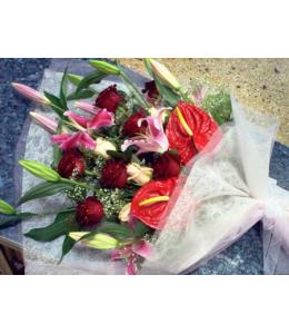 Ανθοδέσμη με Ανθούρια και Τριαντάφυλλα Κόκκινα