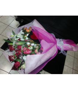 Ανθοδέσμη με τριαντάφυλλα και λυσίανθο