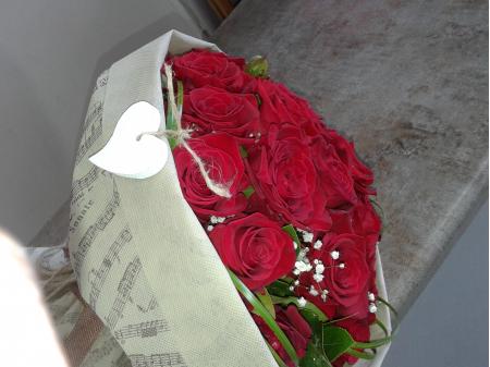 Κόκκινα τριαντάφυλλα σε μπουκέτο