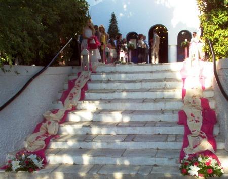 Στολισμός Γάμου Εξωτερικού Διαδρόμου Εκκλησίας με Φούξια Τριαντάφυλλα και Φανάρια